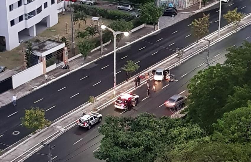 Bandidos roubam carro e trocam tiros com a polícia em perseguição em Fortaleza