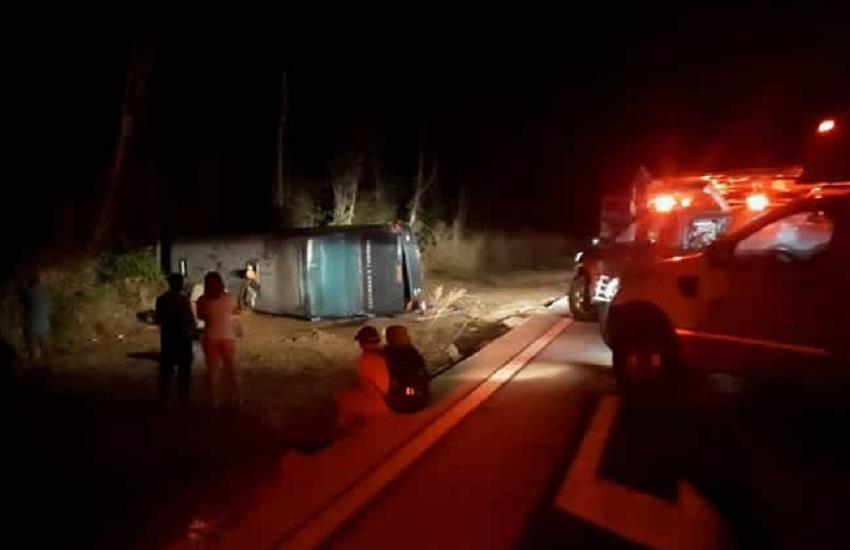 Ônibus com romeiros tomba em descida de serra e deixa quatro mortos no Cariri
