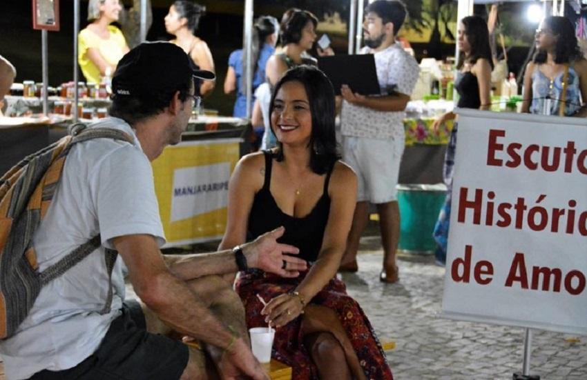 Psicóloga cearense ouve histórias de amor em praças da região do Cariri