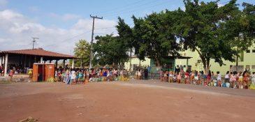 Mulheres fazem fila em frente a presídio neste sábado. (Foto: Dorian Girão / TV Jangadeiro)
