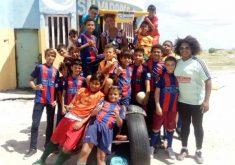 Projeto Futsal Novo Barça beneficia várias crianças na Prainha, em Aquiraz. (FOTO: Reprodução/Facebook)