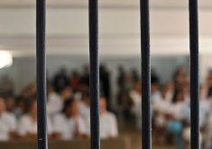 Presos dentro de uma unidade prisional