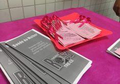 Panfletos em referência a Seção eleitoral ornamenta sala em tons de rosa em alusão a campanha contra câncer de mama
