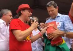 Haddad recebeu a Bíblia durante comício em Fortaleza. (Foto: Reprodução)