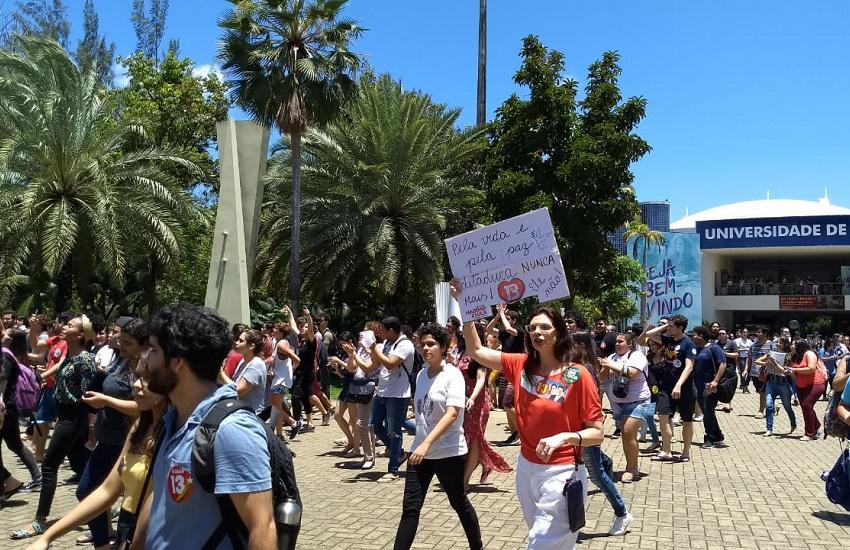 Polícia investiga estupro de universitária em Fortaleza; Estudantes fazem manifestação