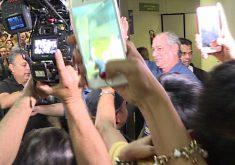 Ciro Gomes desembarcou em Fortaleza após viagem a Europa (FOTO: Reprodução/TV Jangadeiro)