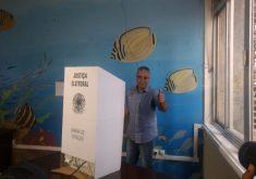 """Pessoa votando em referência a Vitória nas urnas não surpreende Eduardo Girão. """"Nossas pesquisas internas apontavam isso"""""""