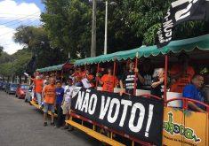 Pessoas em um trem em referência a Em Fortaleza, grupo percorre colégios eleitorais incentivando pessoas a não votarem