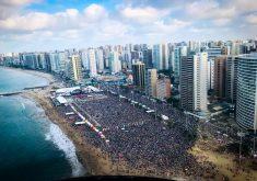 Milhares de fiéis lotaram o Aterro (FOTO: Dorian Girão/TV Jangadeiro)