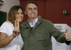 Jair Bolsonaro ao lado de Michelle Bolsonaro