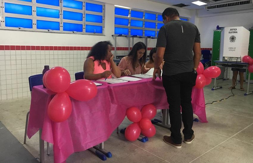 Seção eleitoral ornamenta sala em tons de rosa em alusão a campanha contra câncer de mama