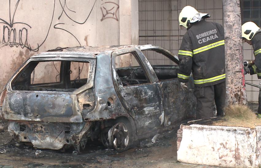 Veículo abandonado pega fogo; Suspeita é de incêndio por conta do calor em Fortaleza