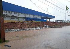 Muro caiu durante chuva em Fortaleza. (FOTO: Reprodução/ Whatsapp)