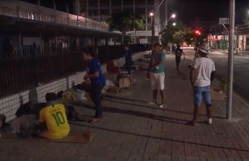 Retiradas da Praça do Ferreira, pessoas em situação de rua migram para outros espaços do Centro