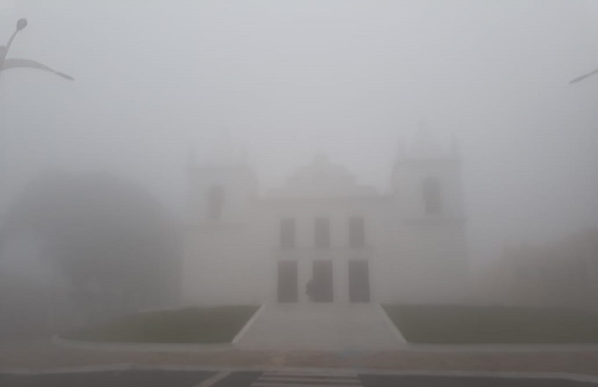 Forte nevoeiro em Viçosa do Ceará chama a atenção de visitantes e moradores