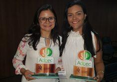 Repórteres Jéssica Welma e Karla Moura receberam o Prêmio Adpec de Jornalismo. (Foto: Tribuna do Ceará)