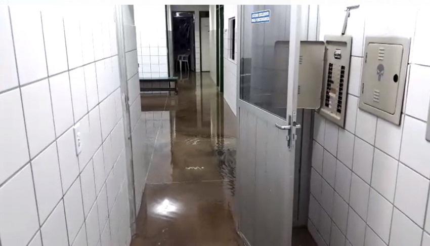 Delegacia recém-reformada no José Walter fica alagada após chuva deste domingo