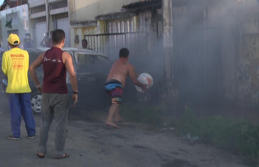 Moradores tentam apagar incêndio em carro dentro de garagem com baldes de água