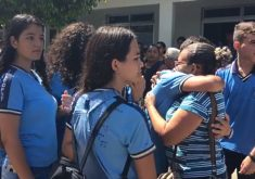 Familiares e amigos se despedem de vítimas de assalto a agência bancária no Ceará (Imagem: TV Jangadeiro)