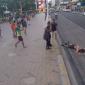 No vídeo, o homem era jogado da carroceria de um carro e logo após um automóvel chegava para lhe pegar (FOTO: Reprodução/ Youtube)