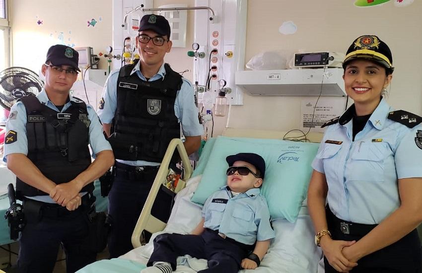 PMs realizam sonho de criança fã da Polícia que está internada em hospital de Fortaleza