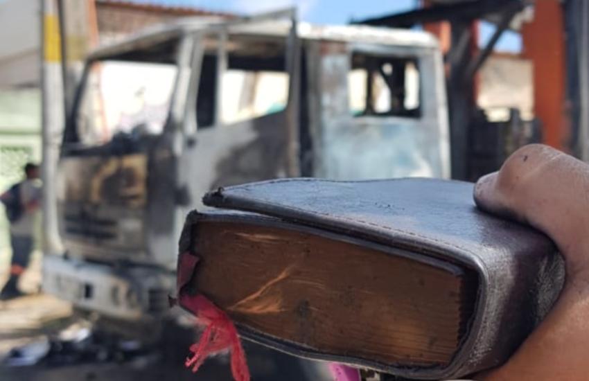 Bíblia fica intacta após caminhão ser destruído em ataque em Fortaleza