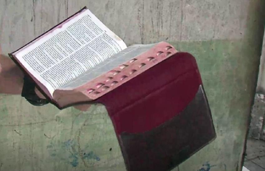 Mais uma bíblia fica intacta após casa ser incendiada em Fortaleza