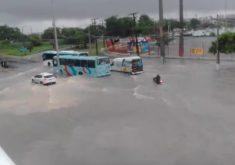 Chuva deixou várias ruas alagadas em Fortaleza (FOTO: Reprodução/Whatsapp)