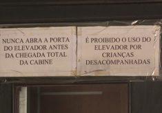 Na porta do elevador, havia avisos de alerta para não entrar no equipamento antes da chegada da cabine (Foto: Reprodução/Barra Pesada)