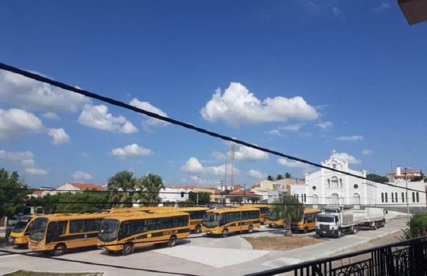 Prefeitura de Morrinhos põe veículos em praça pública para evitar novos ataques