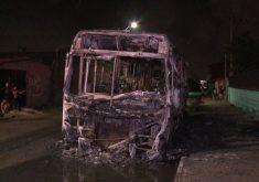 Um ônibus foi queimado no bairro Jardim Fluminense, em Fortaleza (Foto: Reprodução/WhatsApp)