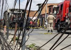 Um ônibus foi incendiado na quinta-feira (3) na avenida Cônego de Castro (FOTO: Dorian Girão)