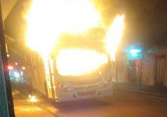 Ônibus foi incendiado no Conjunto Palmeiras (FOTO: Reprodução/Whatsapp)