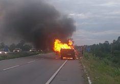 Caminhão foi incendiado na Rodovia Estruturante, em Caucaia. (Foto: Reprodução)