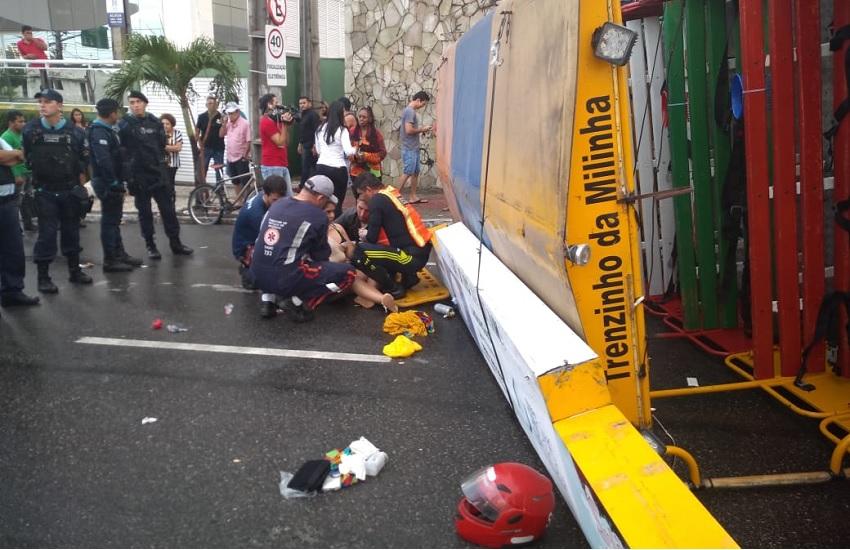 Trenzinho com foliões tomba em Fortaleza e deixa feridos