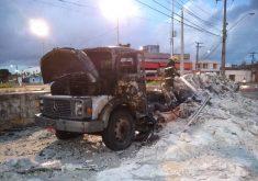 Caminhão incendiado no Álvaro Weyne