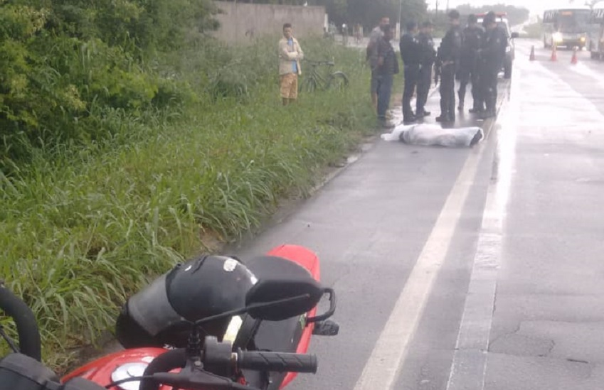 Morador de Cascavel é atingido por raio quando trafegava de moto na CE-040