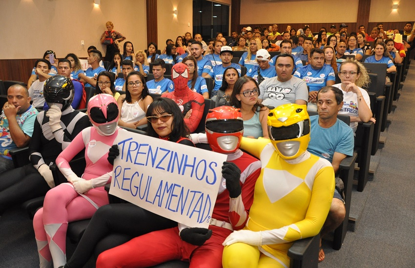 """Animadores de """"Trenzinho da Alegria"""" vão vestidos a caráter em debate na Câmara"""