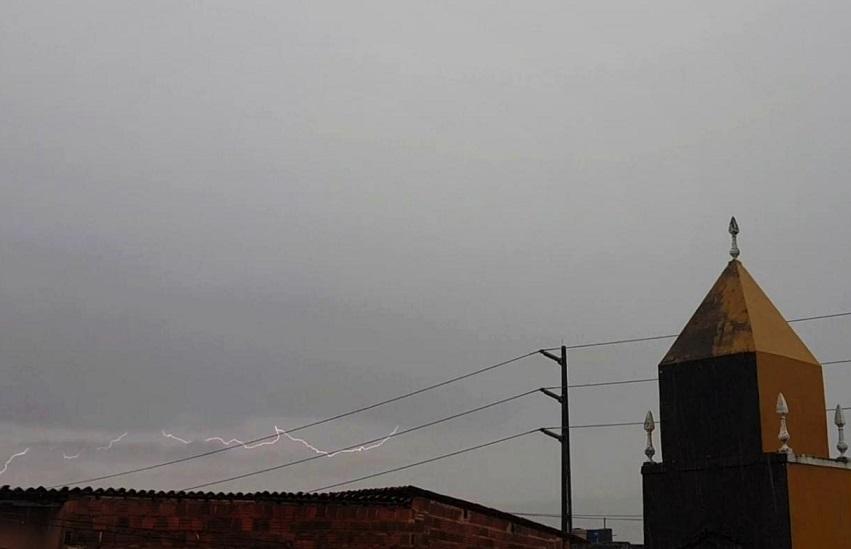 No Ceará, em um dia de chuva com relâmpagos, você diz que está…