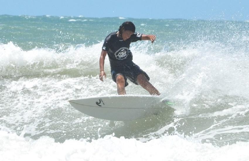 Campeã cearense de surfe morre atingida por raio na praia da Leste-Oeste; Estado de outra vítima é grave