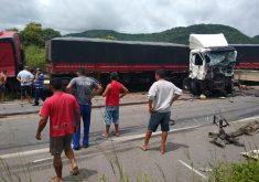 Acidente envolveu duas carretas e um caminhão. (Foto: Reprodução/Whatsapp)
