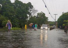 Água cobriu ponte da Sabiaguaba. (Foto: Dorian Girão/TV Jangadeiro)
