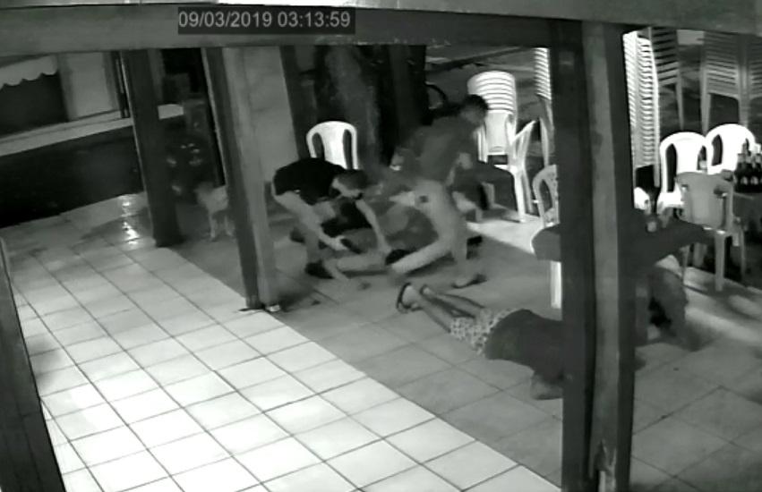 Motorista de aplicativo é trancado em carro enquanto criminosos faziam assaltos em Fortaleza