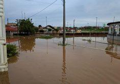 Chuva em Lavras da Mangabeira alagou ruas da cidade. (Foto: Liomar Macedo/Facebook)