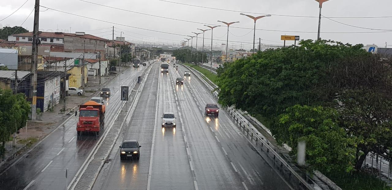 Fortaleza registra grande volume de chuva em poucas horas no início desta quarta-feira