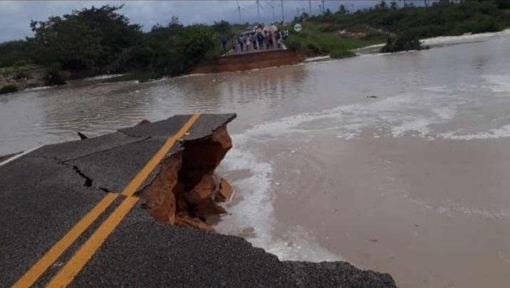 Força da água rompe estrada que dá acesso ao Icaraí de Amontada