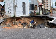 Cratera ameaça casa na esquina, mas não há moradores no local. (Foto: Marco Meireles/TV Jangadeiro)