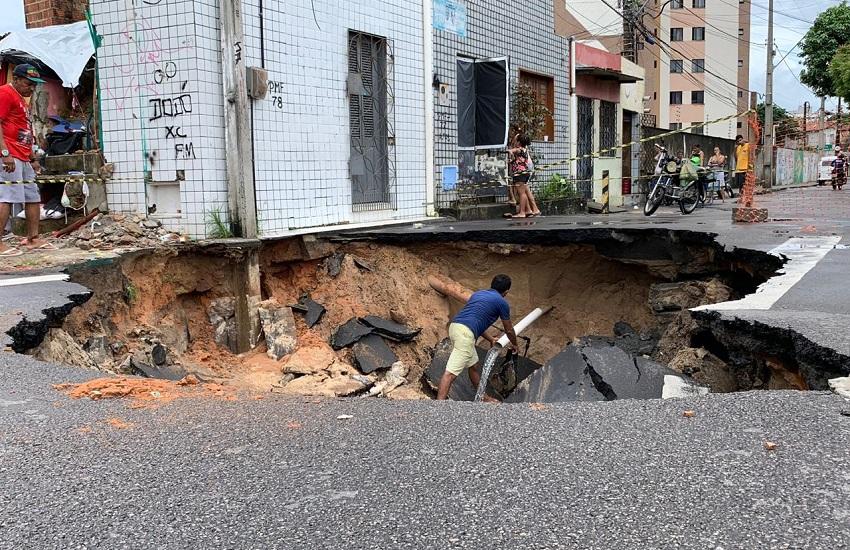 Cratera se abre em rua de Fortaleza, no bairro Papicu, e ameaça residências