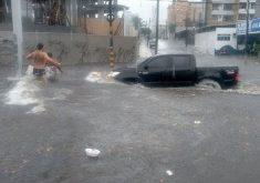 Volume de água na avenida Heráclito Graça se deve à presença de riacho. (Foto: Reprodução)