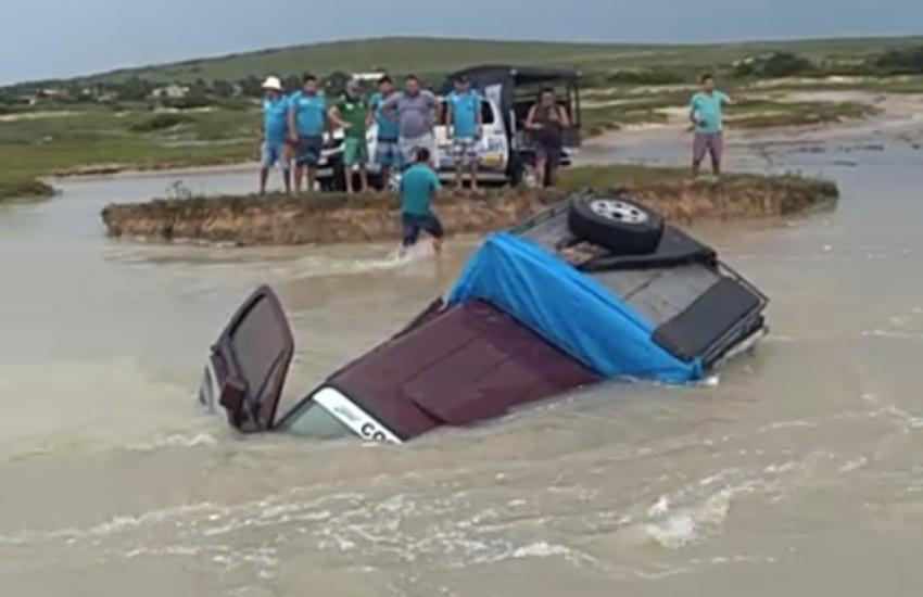 Veículo de transporte de turistas fica encoberto por rio a caminho de Jericoacoara